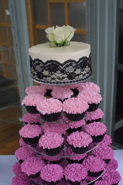The main objective with this wedding tower was to have each tier of cupcakes